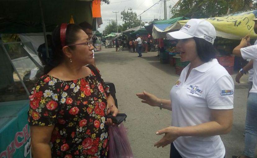 Gaby Pallares se reúne con la gente para escuchar sus necesidades. (Redacción/SIPSE)