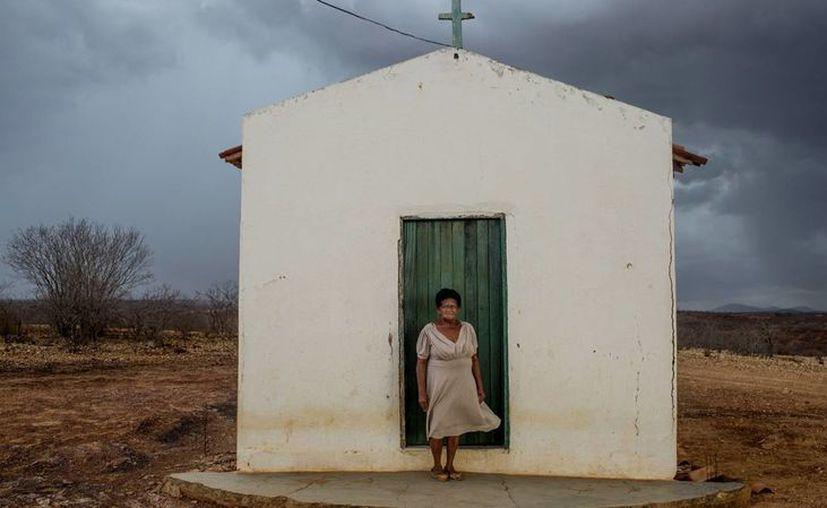 Maria Antónia Butão, de 77 años, junto a una pequeña capilla cercana a su casa. Sus abuelos lucharon en la guerra. (Fotos: Víctor Moriyama)
