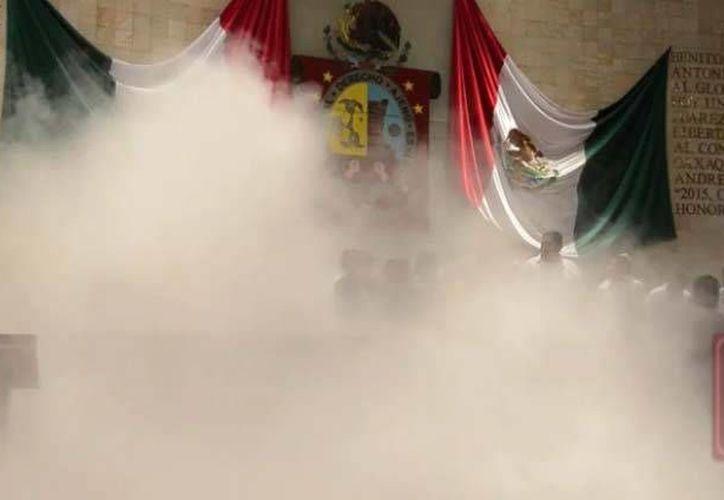 Así quedó la sede del Congreso de Oaxaca después de que supuestos priistas arrojaran gas lacrimógeno para impedir la aprobación de la Reforma Política, lo cual no pudieron. (excelsior.com.mx)