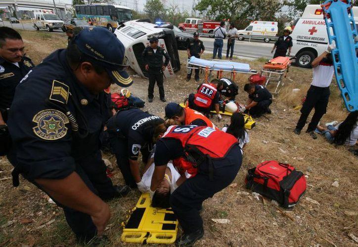 """Un """"hospital al aire libre"""" se convirtió la escena del accidente ocurrido en la carretera Mérida-Progreso.  (Jorge Sosa/SIPSE)"""