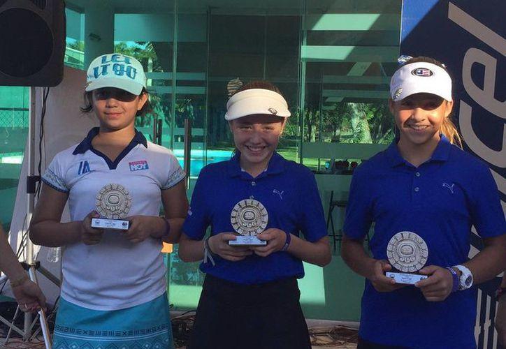 Los golfistas yucatecos tuvieron un gran desempeño en el torneo infantil y juvenil del sureste, celebrado el pasado fin de semana. En la foto, ganadoras de la categoría 10-11 años. (Milenio Novedades)