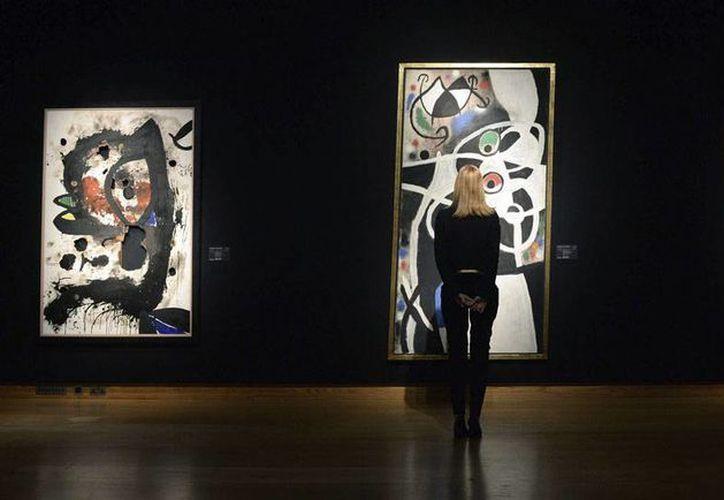 """Christie's está """"al tanto"""" de la solicitud para suspender la subasta de Miró Una empleada de Christie's observa la obra <i>Femmes et oiseaux</i>, del artista español Joan Miro, en la sede de la casa de subastas en Londres, Reino Unido, el pasado 30 de enero. (EFE/Archivo)"""