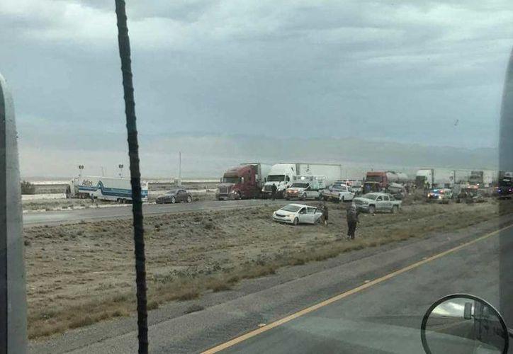 Más de 20 vehículos estuvieron involucrados en una carambola ocurrida en una carretera de Nuevo México. (lopezdoriga.com)