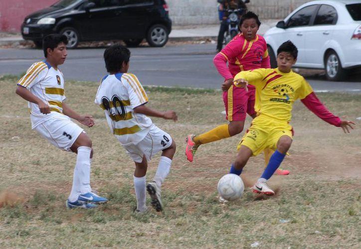 Ambos equipos llegan a la cancha con una buena actitud y el deseo de levantar la victoria. (Harold Alcocer/SIPSE)