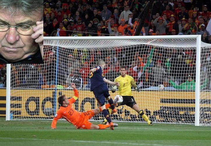 Hiddink (r) guió a Holanda al cuarto lugar en Francia 1998. La foto principal corresponde al gol del español Iniesta ante Holanda en la final del Mundial de 2010. (EFE)