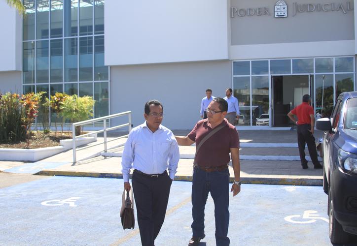 El auditor superior, Manuel Palacios, al salir del juzgado donde declaró en calidad de testigo. (Daniel Tejada/SIPSE)