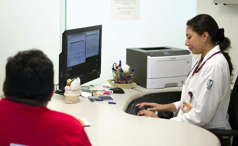 Los hospitales y clínicas brindan servicio de manera habitual. (Novedades Yucatán)