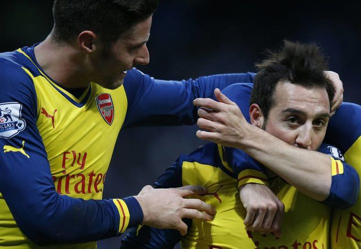 Santi Cazorla y Olivier Giroud festejan el triunfo del Arsenal sobre el Manchester City. (AP)