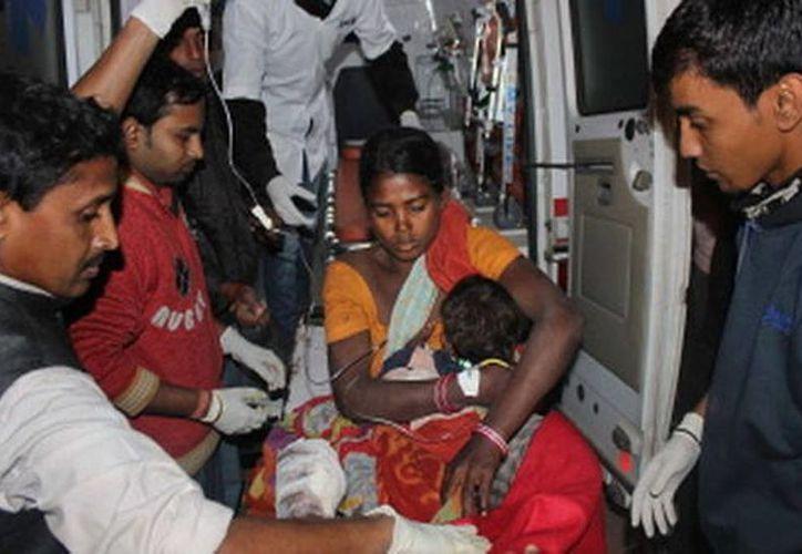 Una mujer y su hijo, heridos en los ataques, llegan a un hospital en el distrito de Sonitpur, en Assam (AFP)