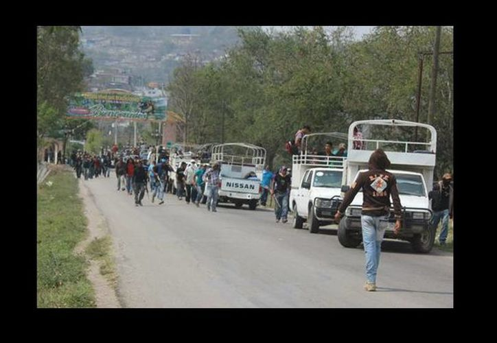 Decenas de civiles armados permanecieron en Zitlala por varias horas. (Rogelio Agustín/Milenio)