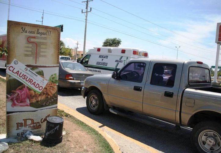 La publicidad mal colocada afecta a peatones y automovilistas. (Octavio Martínez/SIPSE)