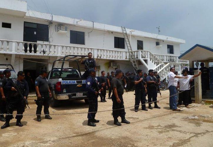 La policía municipal mantiene orden en las elecciones. (Raúl Balam/SIPSE)