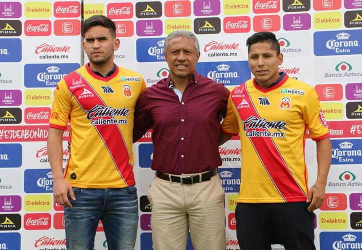Presentan al chileno Sebastián Vegas y al peruano Raúl Ruidíaz  con el equipo Monarcas Morelia. (Notimex)