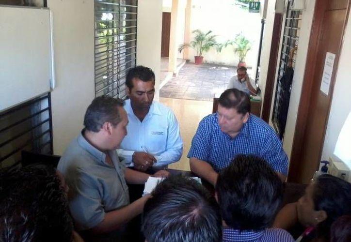 Imagen de los regidores de Sudzal al entregar la  documentación que sustenta su queja. (Archivo/SIPSE)