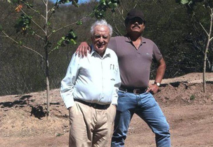 Imagen del encuentro entre Julio Scherer García y El Mayo Zambada, durante la entrevista que le realizó el periodista para Proceso en 2010. (proceso.com.mx)