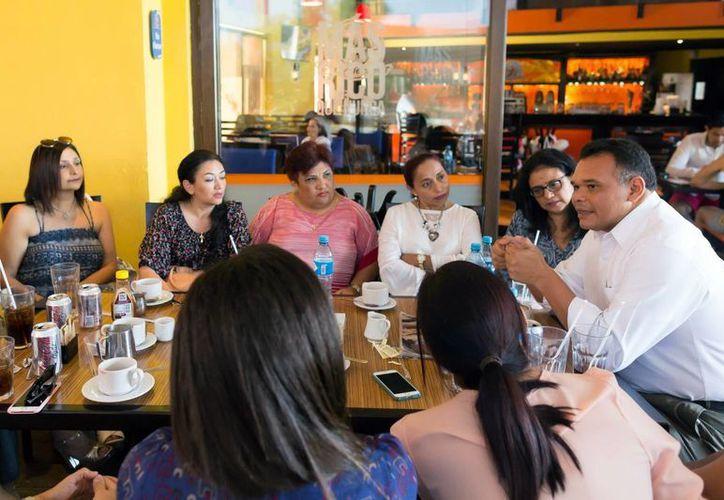 El Gobernador explicó a las madres de familia de los alcances del programa Escudo Yucatán en cuestión de seguridad y vigilancia. (Milenio Novedades)