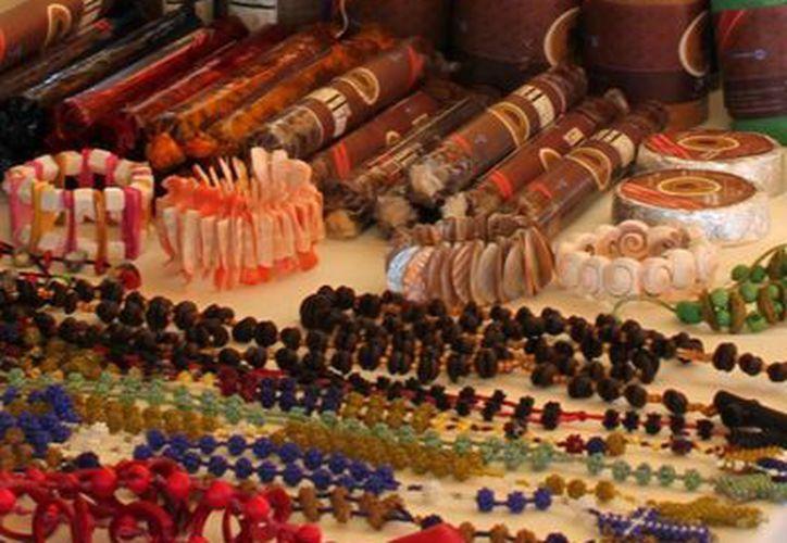 Las ferias artesanales, estatales y nacionales, son los eventos propicios para enaltecer la creatividad capitalina. (Harold Alcocer/SIPSE)