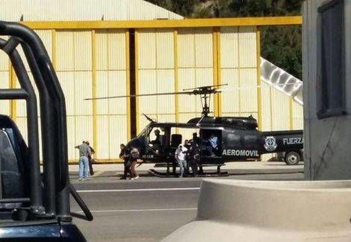 Un helicóptero trasladó a cuatro personas de Yextla a Chilpancingo para su hospitalización, tras las balaceras que se registraron la jornada del viernes. (Milenio)