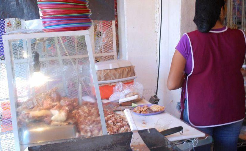 """Cocineras en restaurantes y """"changarros"""" reciben salarios muy bajos. (Tomás Álvarez/SIPSE)"""