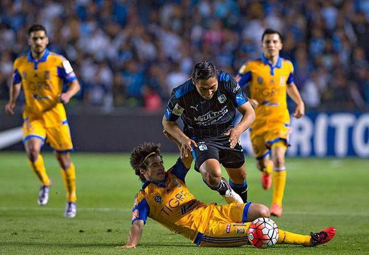 Iván Estrada (Tigres) se barre sobre Dionicio Escalante, en las acciones del partidos de Ida de las Semifinales de la Concachampions. (Foto tomada de Excélsior)