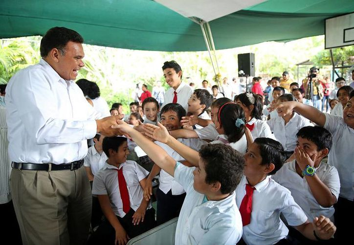 El gobernador Rolando Zapata Bello saluda a estudiante de la escuela primaria 'Pablo Moreno y Triay'. (SIPSE)