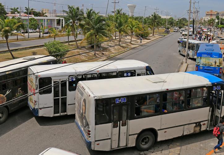 En el paradero de Plaza Las Américas, los autobuses se estacionan hasta en doble fila, entorpeciendo aún más el tráfico. (Jesús Tijerina/SIPSE)