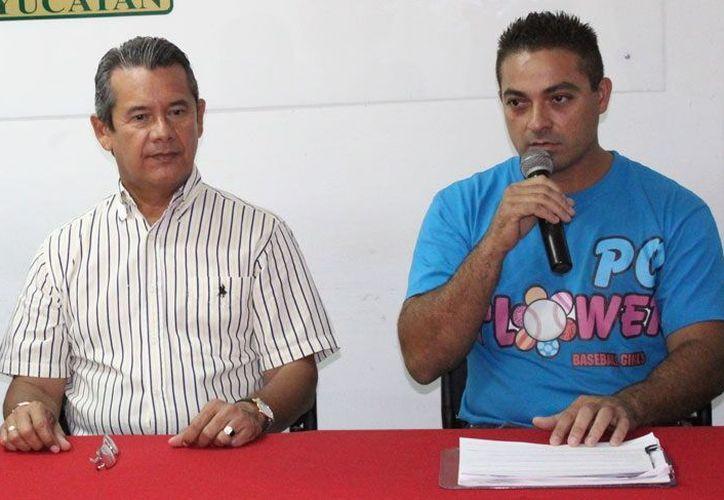 Oswaldo Morejón (der.) asegura que buscan dar lo mejor a los equipos. (SIPSE)