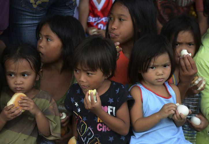 Niñas filipinas comen en un centro de evacuación  en el sur de Filipinas. (Foto de Greenpeace)