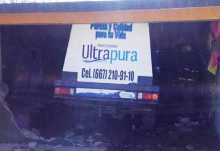 """El camión terminó dentro del salón de clases del kinder """"Luis Donaldo Colosio"""" en el ejido El Camalote, de la sindicatura de Quilá, en Sinaloa. (Foto tomada de @ZonaFrancaMX)"""