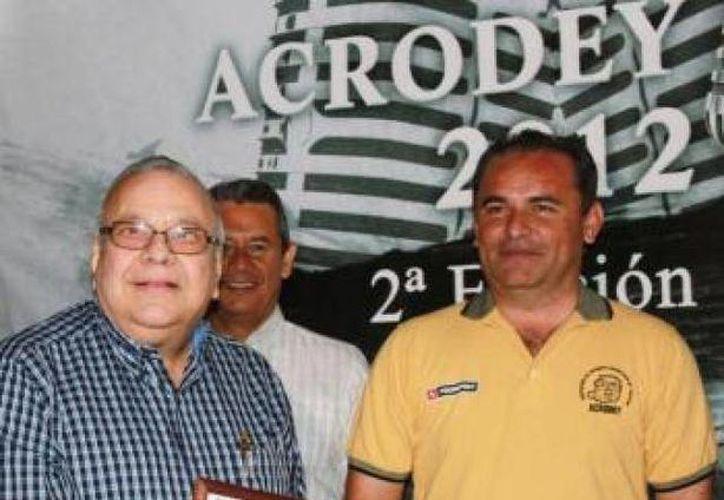 El periodista Jorge Carlos Menéndez Torre (izq.) fue muy reconocido por conocimiento del beisbol. (Archivo/Península Deportiva)