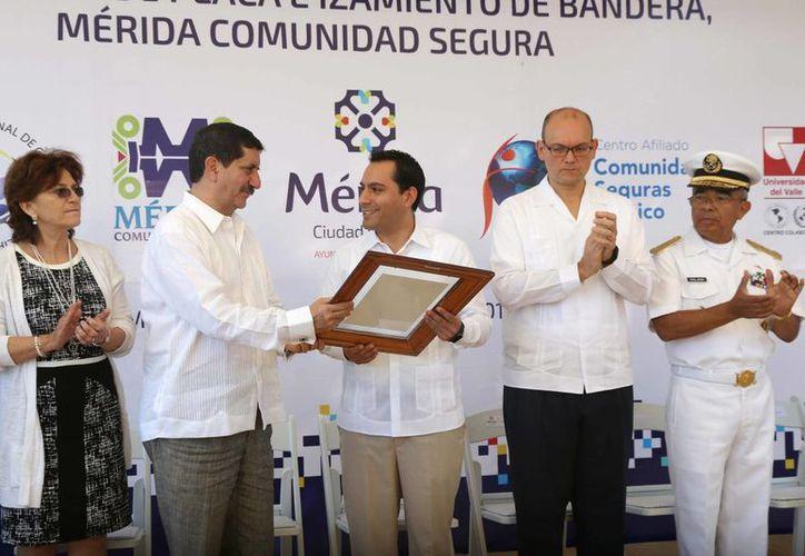 Mérida ya cuenta con una distinción internacional que sólo tienen seis municipios y un estado en México. En la foto, el alcalde Mauricio Vila al recibir el reconocimiento a Mérida como Comunidad Segura. (SIPSE)