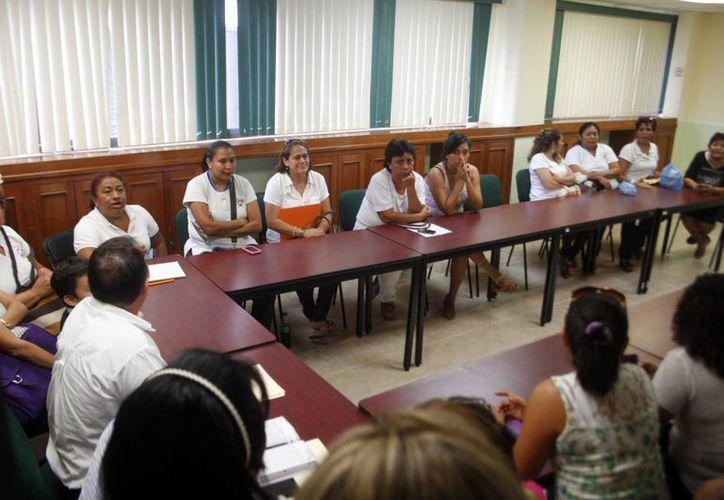 Imagen de un grupo de educadoras en reunión con las autoridades educativas. Mantienen las maestras su firme rechazo al sistema Escala. (Milenio Novedades)