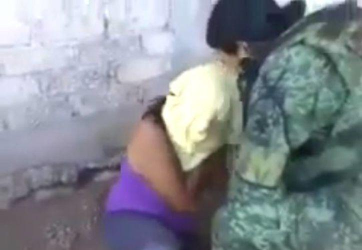 Se informó que la mujer torturada formaba parte de una organización delictiva. (Captura de video)