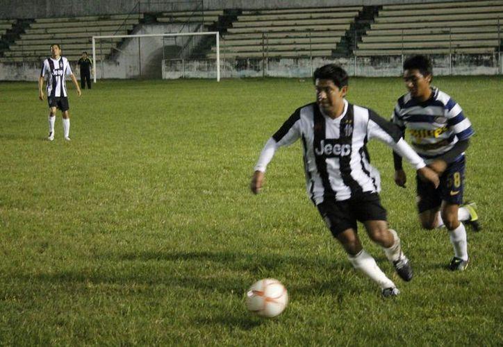 La cancha del estadio José López Portillo de Chetumal albergó el tercer encuentro de las semifinales de la Tercera Fuerza de fútbol. (Miguel Maldonado/SIPSE)