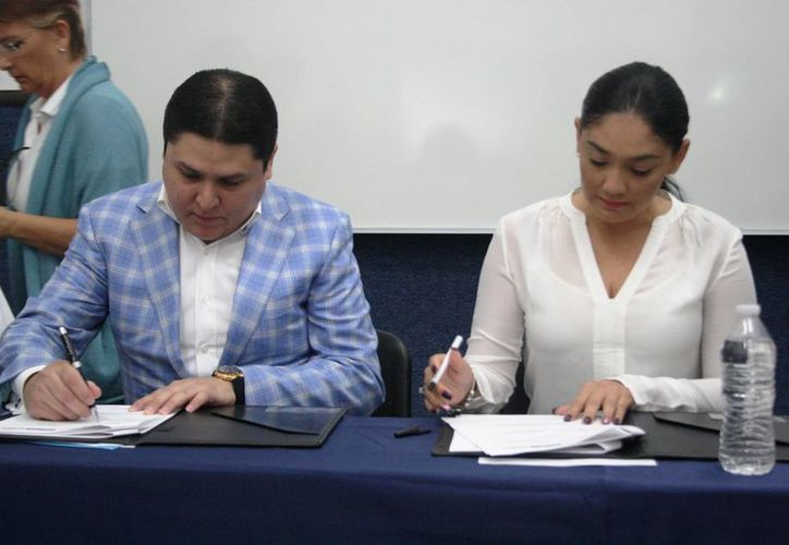 El rector de la Universidad Riviera, José Fernando López Aguilar, y la presidenta del DIF Solidaridad, Cinthia Osorio de Góngora, firmaron un convenio. (Octavio Martínez/SIPSE)