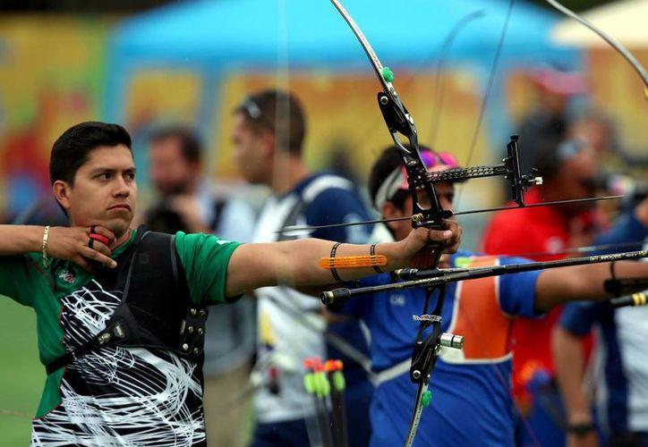 El equipo varonil de tiro con arco conquistó la medalla de oro al vencer a los subcampeones olímpicos de EU. En la foto, Juan René Serrano Prepara su tiro durante el duelo contra EU. (Notimex)
