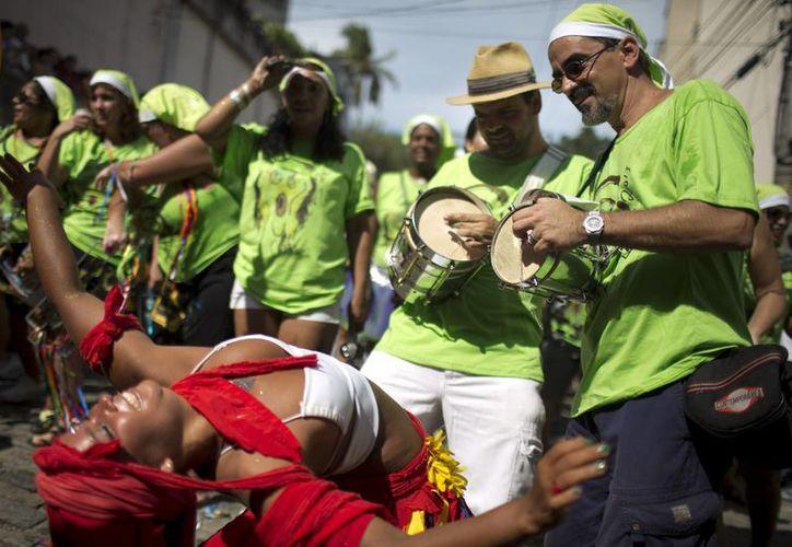 """Los juerguistas participar en el """"Carmelitas"""" desfile de carnaval en Río de Janeiro, Brasil. (Agencias)"""