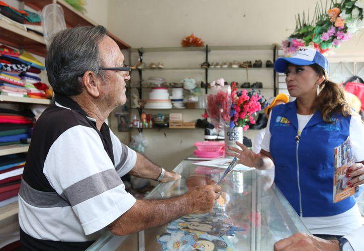 La candidata visitó a comerciantes durante su campaña. (Cortesía)