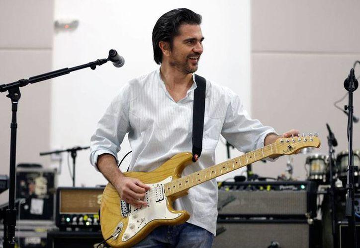 Juanes regresa a la ceremonia de los premos Grammy, pero a diferencia del año pasado cantará en español. (AP)