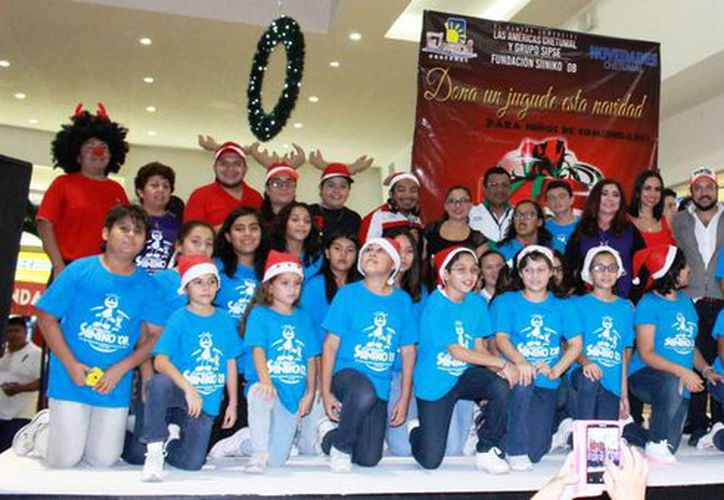 Se realizó el encendido de luces del árbol navideño de la Plaza Las Américas. (Eddy Bonilla/ SIPSE)