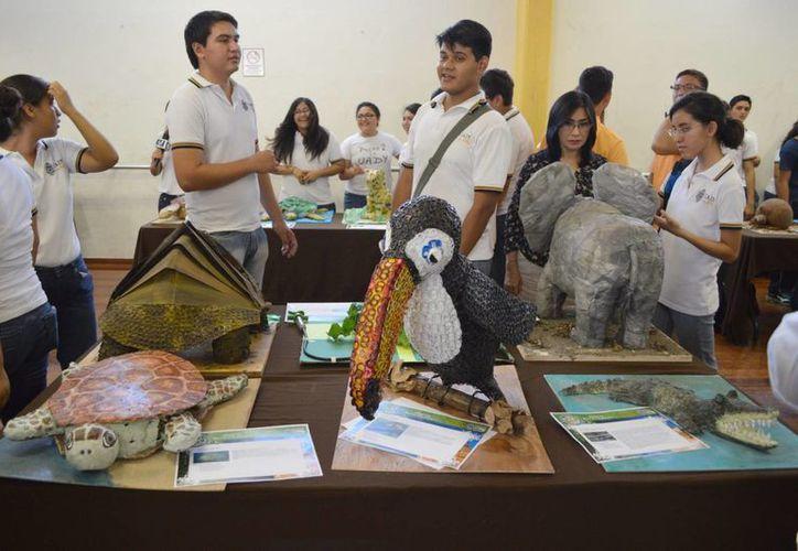Las esculturas de los estudiantes de la Preparatoria 2 de la Uady están hechas con material reciclable. (Notimex)