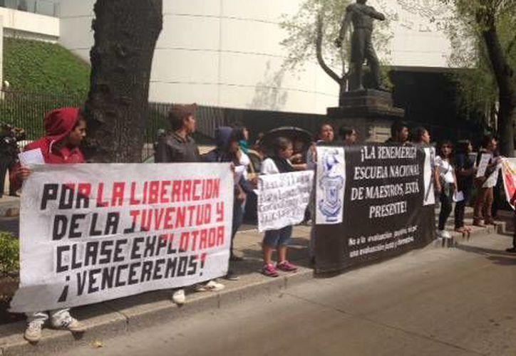 Manifestación de la CETEG afuera de las instalaciones del Senado. (Milenio)