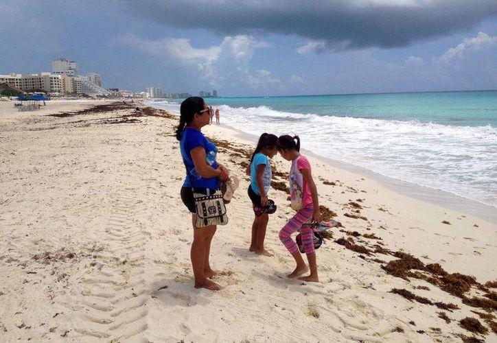 Toman muestras de agua de las playas Delfines, Langosta, Tortugas, Marlín, Las Perlas, Del Niño y Puerto Morelos. (Redacción/SIPSE)
