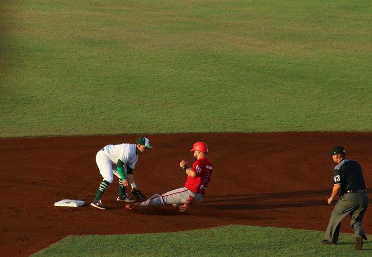 Leones de Yucatán barrió a Piratas de Campeche, en la serie de tres juegos que se jugó en el Kukulcán. Este domingo, los melenudos derrotaron 2-1 a los filibusteros. (Daniel Sandoval/SIPSE)