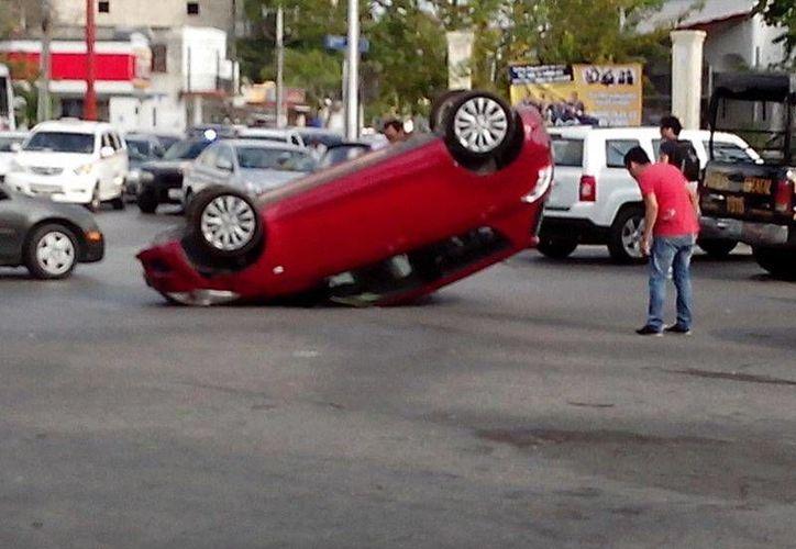 El vehículo que acabó volcado en la calle 62 con avenida Cupules. (Martha Patricia Cayetano/SIPSE)