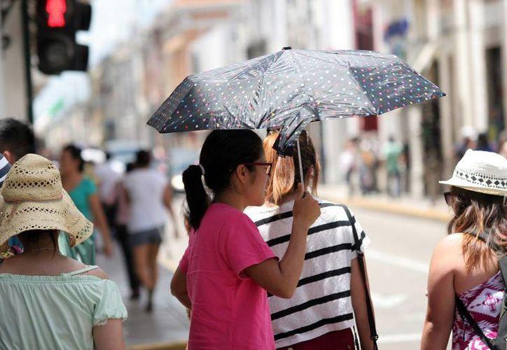 Ya sea para la lluvia o el sol, la recomendación para este viernes es cargar con el paraguas. (Christian Ayala/SIPSE)