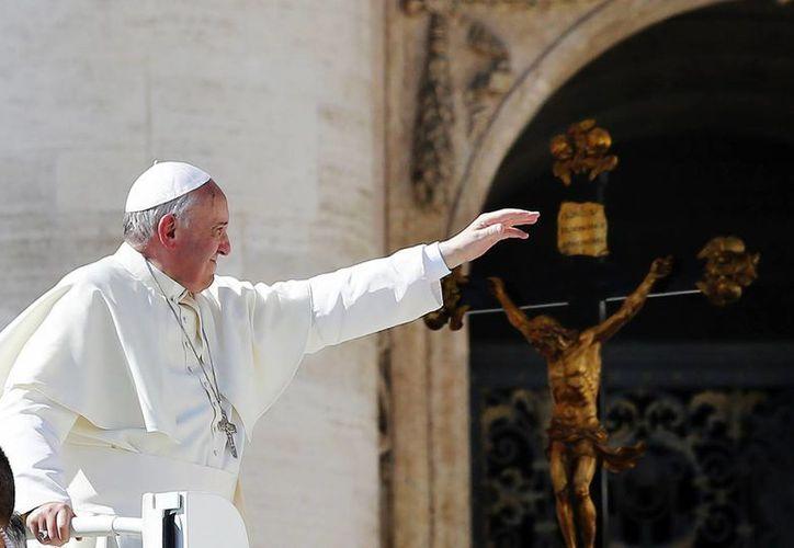 """El pontífice manifestó a través de su cuenta en la red social Twitter: """"Recemos a Dios por las víctimas del trágico naufragio"""". (EFE)"""