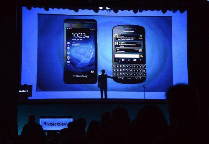 Los nuevos modelos de Blackberry, el Z10 y Q10, uno con pantalla touch y el otro con teclado Qwerty. (Foto: Agencias)