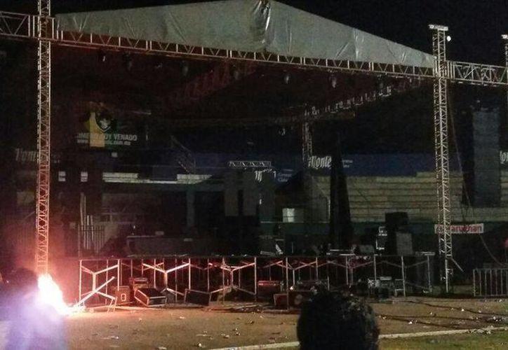 El enojo de un sector del público causó destrozos en parte de la estructura del escenario, el cual fue colocado sobre la cancha del Estadio Carlos Iturralde. (Cortesía/ David Quintal)