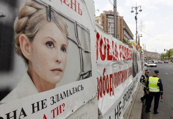 Imagen de los carteles de apoyo a la causa de la líder opositora y exprimera ministra ucraniana encarcelada Yulia Timoshenko. (EFE)